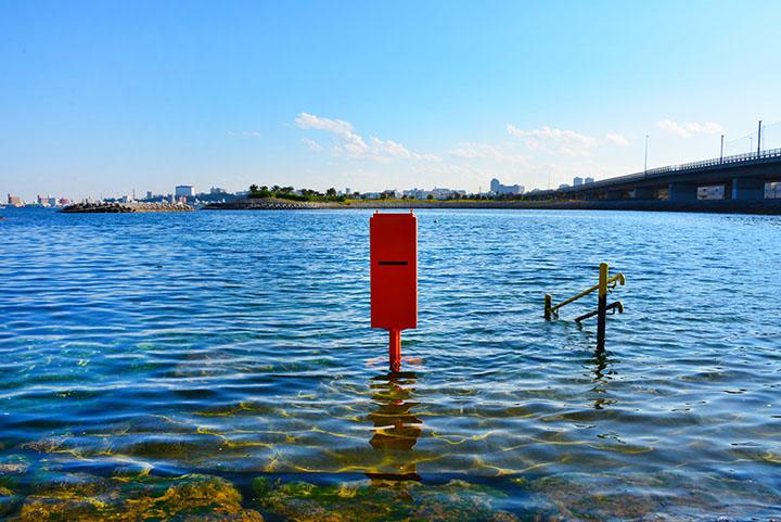 沖縄の海辺ポスト