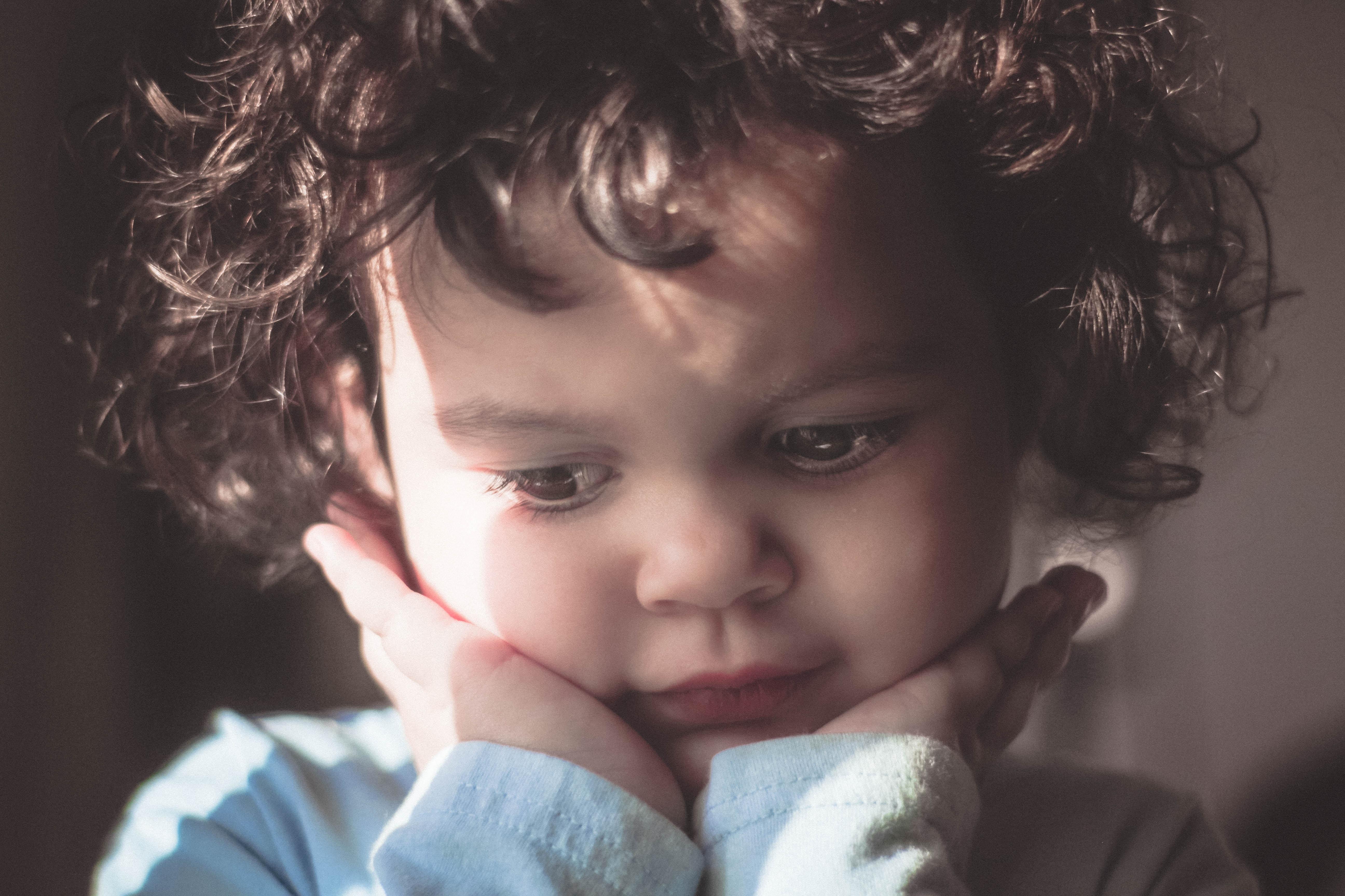 思い悩む子供