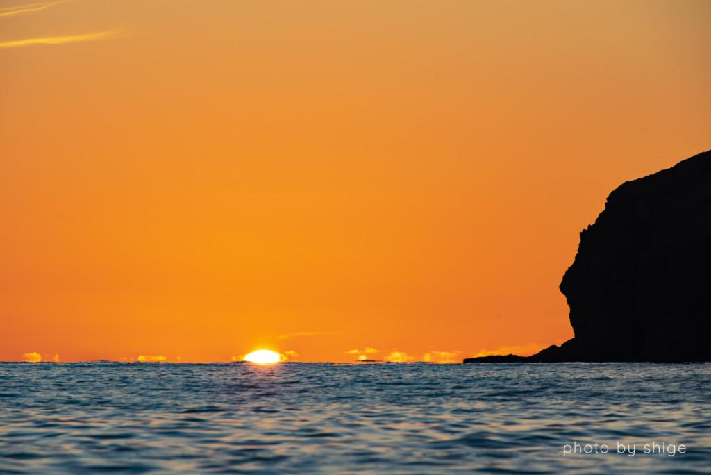 母島の水平線に沈む夕日