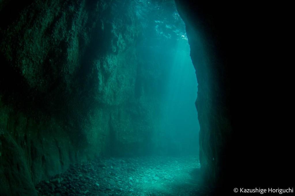 船越の洞窟に差し込む光
